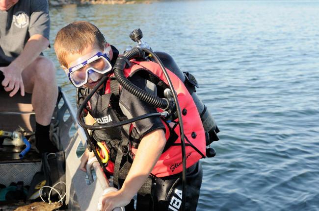 Oliver på vej i vandet