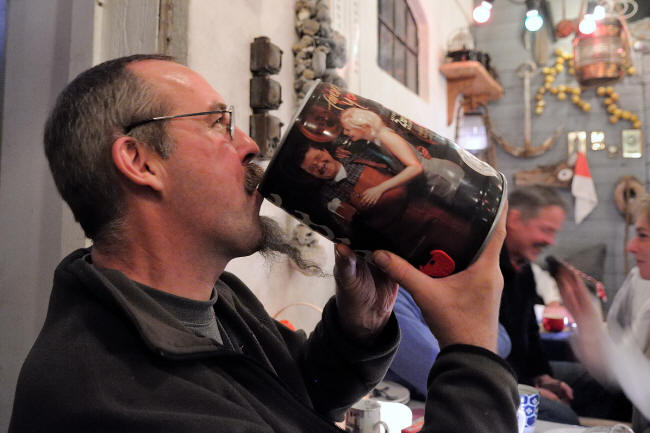 Lennart med en enkelt dåse øl