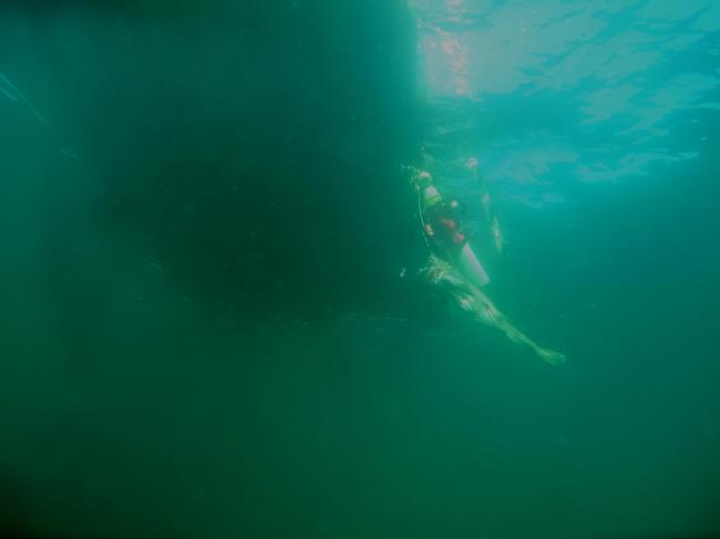 Klart vand under båden