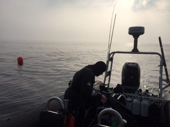 Man skal stå tidligt op, hvis man skal sejle32 sømil og have dykkere i vandet før kl 9