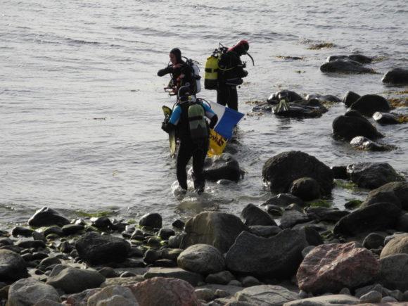 Førsteholdet på vej i vandet.